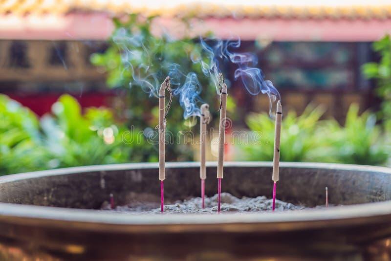 Bâtons aromatiques brûlants d'encens Exaspérez pour prier Bouddha ou dieux indous pour montrer le respect photos stock