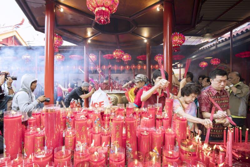 Bâtons brûlants d'encens de passionnés de Bouddha à prier photo stock