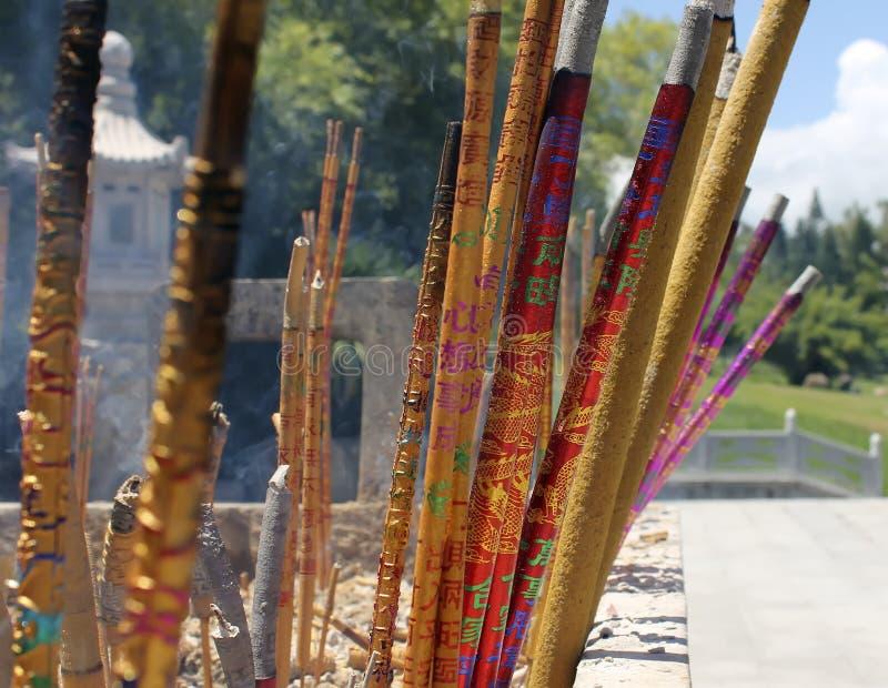 Bâtons chinois d'encens dans le temple photographie stock libre de droits