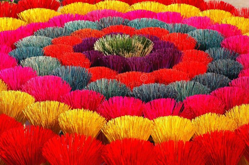 Bâtons d'encens colorés au Vietnam image stock