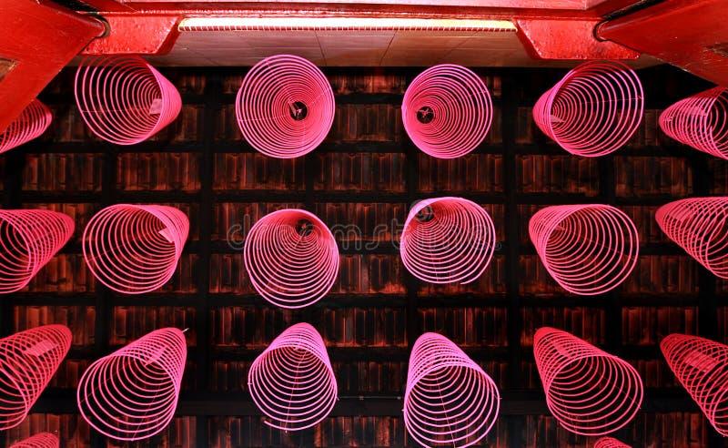 Bâtons d'une manière ordonnée disposés d'encens dans le temple chinois images libres de droits