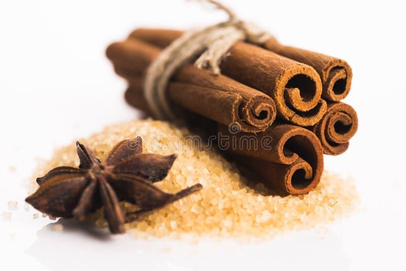 Bâtons de cannelle avec du sucre roux photographie stock libre de droits