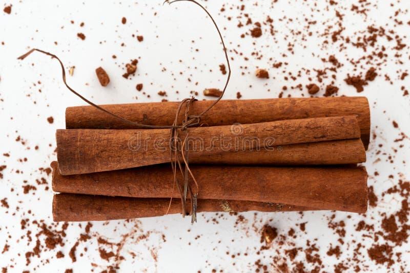 Bâtons de cannelle avec l'ingrédient de puces de chocolat photos stock