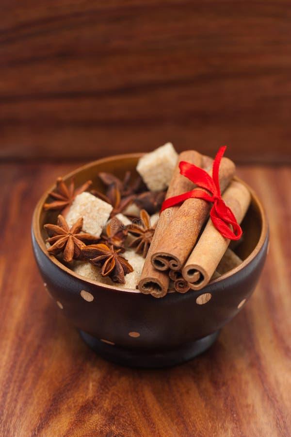 Bâtons de cannelle et anis d'étoile sur le sucre roux photographie stock libre de droits