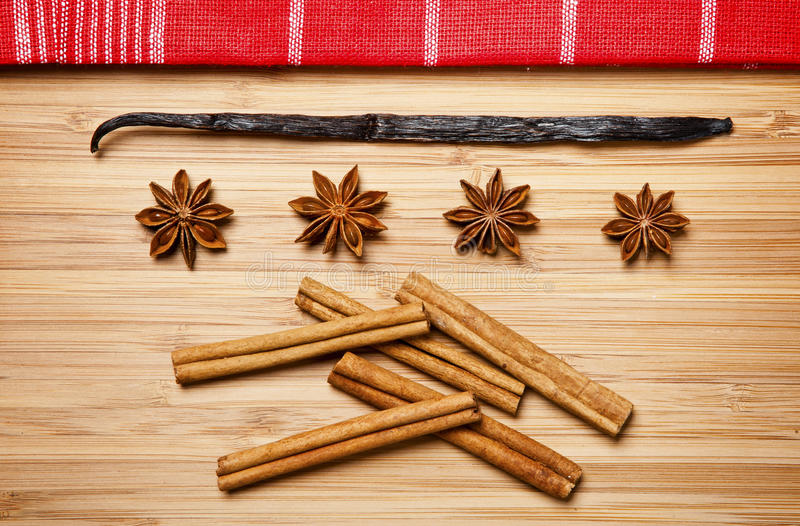 Bâtons de cannelle, sucre roux, étoiles d'anis et gousses de vanille photos stock