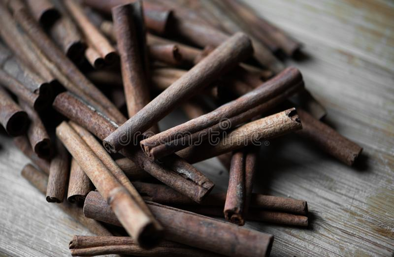 Bâtons de cannelle sur le bois âgé photographie stock