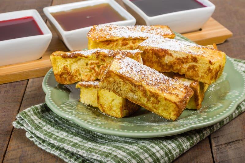 Bâtons de pain grillé français avec des sirops photographie stock libre de droits