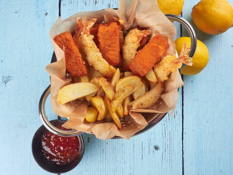 Bâtons de poisson, crevettes roses de tempura et cales frits de pomme de terre photo stock