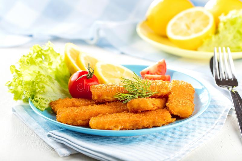 Bâtons de poissons frits Bâtons de poisson Bâtons de poissons avec le citron et les sauces tout préparés images libres de droits