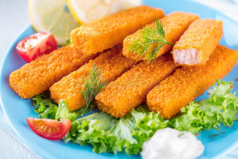 Bâtons de poissons frits Bâtons de poisson Bâtons de poissons avec le citron et les sauces tout préparés photo stock