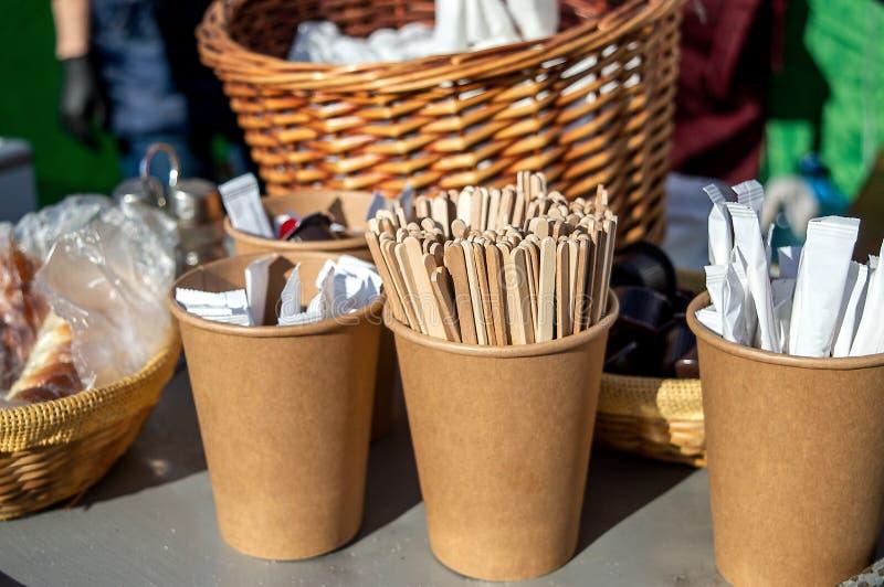 Bâtons de sucre de café dans les tasses de papier d'autocollants photo stock