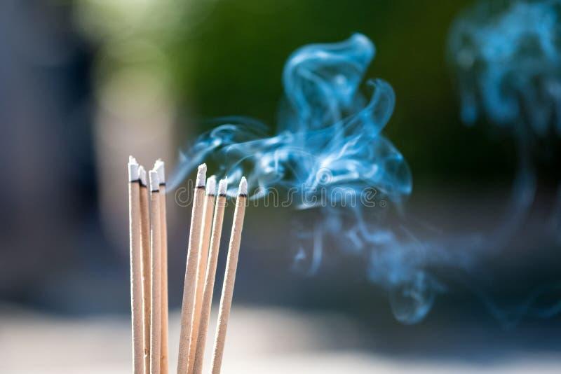 bâtons et fumée de relief brûlants du burning et du smok d'encens photographie stock libre de droits