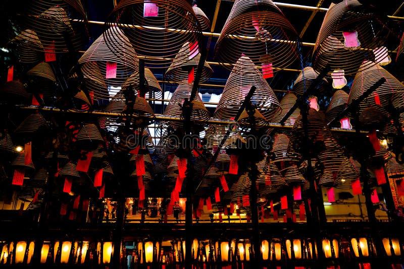 Bâtons et lanternes en spirale d'encens dans le temple chinois photos libres de droits