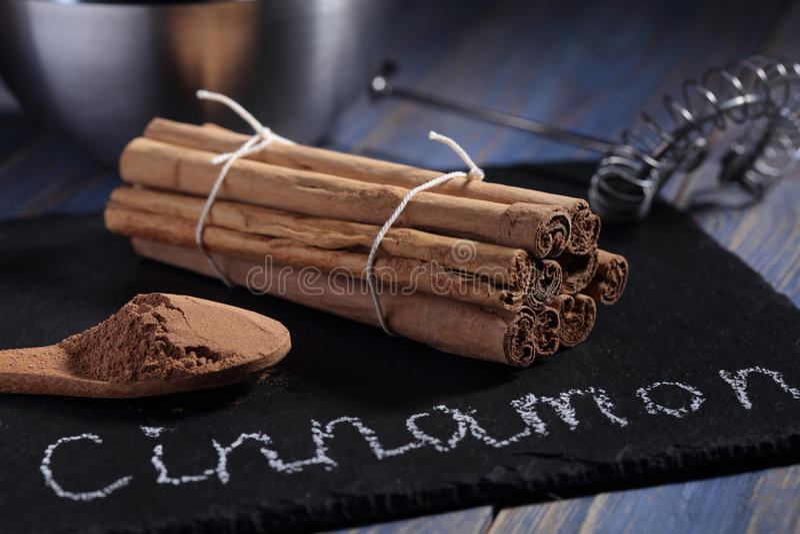 Bâtons et poudre de cannelle de la Ceylan images stock
