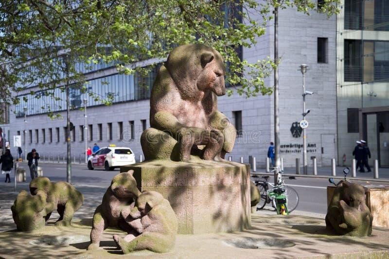 Bärenbrunnen, di fronte a Foreign Office federale a Berlino immagini stock