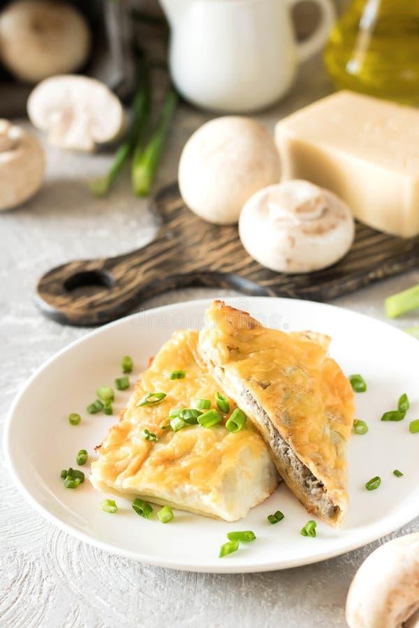 Béchamel烘烤了薄煎饼充塞用蘑菇 库存图片