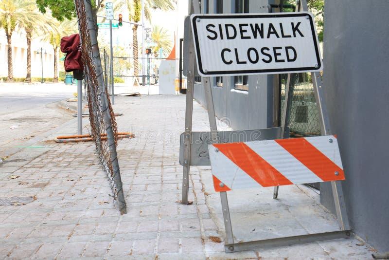 Bürgersteigs-geschlossenes Zeichen mit Zaun Texture Background stockfotografie