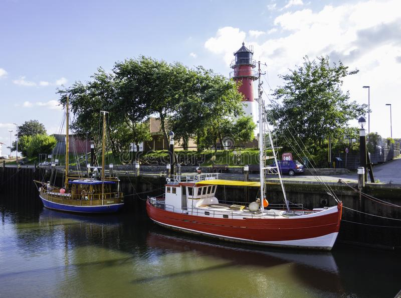 BÃ-¼ sumer Hafen mit Schneidern und Leuchtturm am blauen Himmel Schleswig-Holstein Deutschland stockfotos