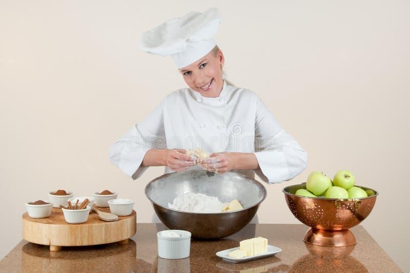 Bäcker, der Tortenteig klemmt lizenzfreies stockfoto