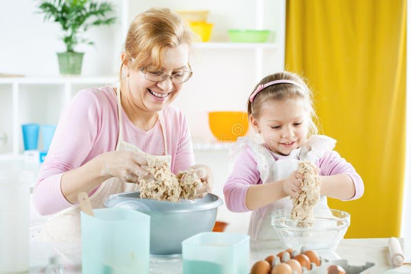 Bäcker des kleinen Mädchens stockbilder