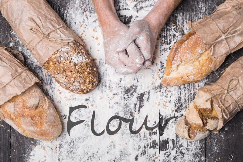 Bäckereikonzepthintergrund Hände und Art des Brotlaibs stockfotografie
