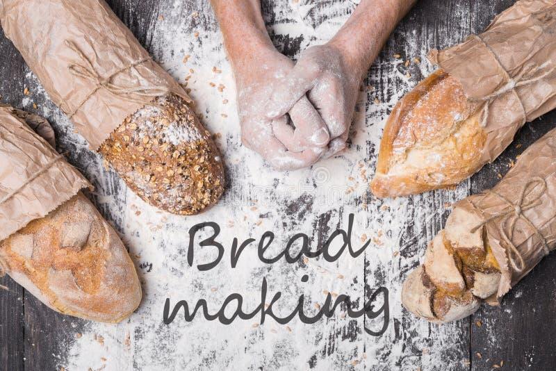 Bäckereikonzepthintergrund Hände und Art des Brotlaibs lizenzfreies stockfoto