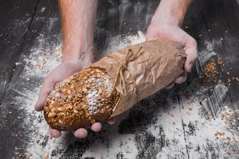 Bäckereikonzepthintergrund Handgriff-Brotlaib lizenzfreie stockfotografie