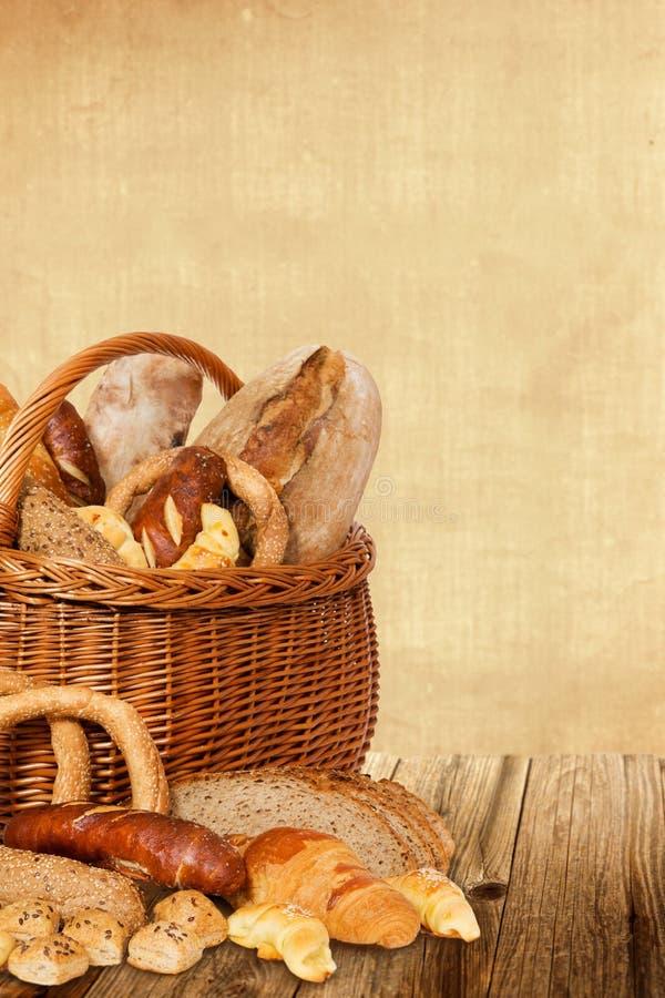 Bäckereiprodukte im Weidenkorb lizenzfreies stockbild
