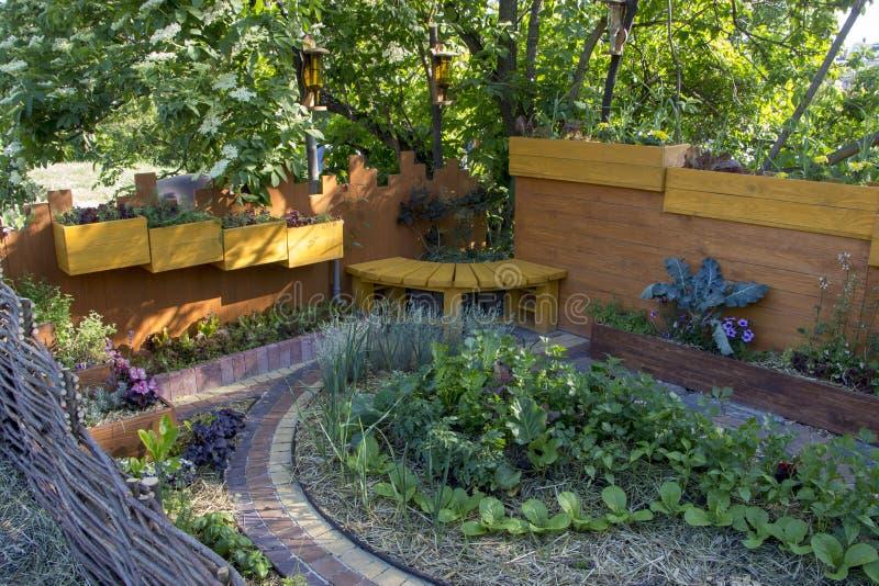 Bädda ned den moderna formgivareträdgården för A Använda naturliga material Och valet av växter för förenlighet arkivbild