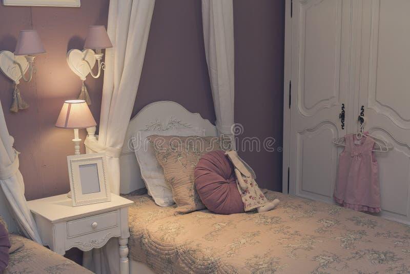 Bädda ned, garderoben och ljusen i sovrummet för barn` s royaltyfri foto