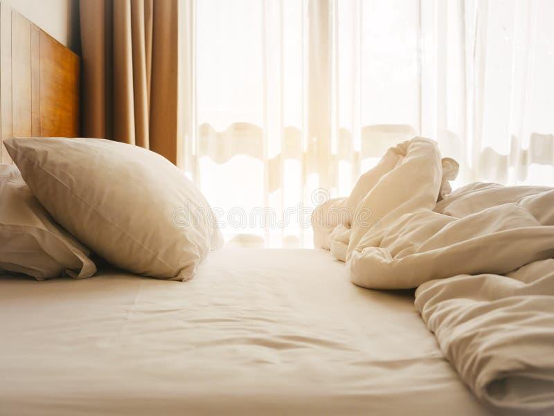 Bädda ned madrass- och kuddesovrummet med morgonsolljus royaltyfri foto