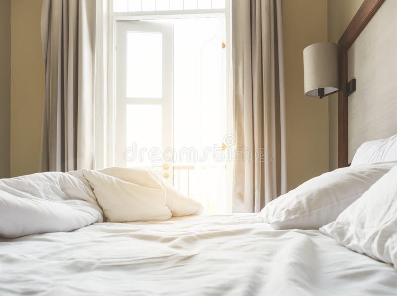 Bädda ned madrassen, och kuddar rör till upp sovrummet i morgonen arkivbilder