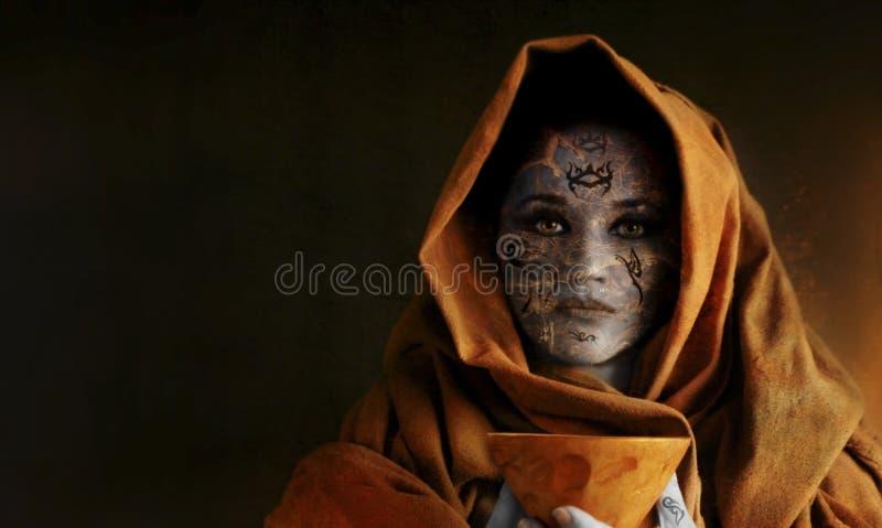 bägareholdingkvinna arkivbilder