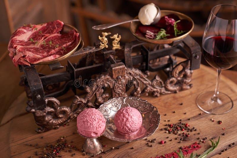 Bälle der Eiscreme von den roten Rüben und vom Fleisch in einem alten Eisbecher auf dem Hintergrund des reifen Rindfleisches der  lizenzfreie stockfotos