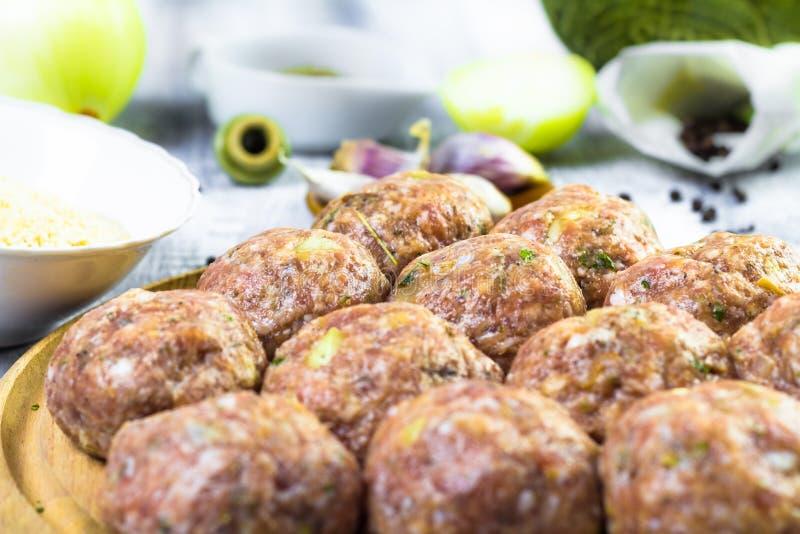 Bälle des rohen Fleisches zerkleinerten Rindfleisch vorbereitete Rollenbrotkrumen stockbilder
