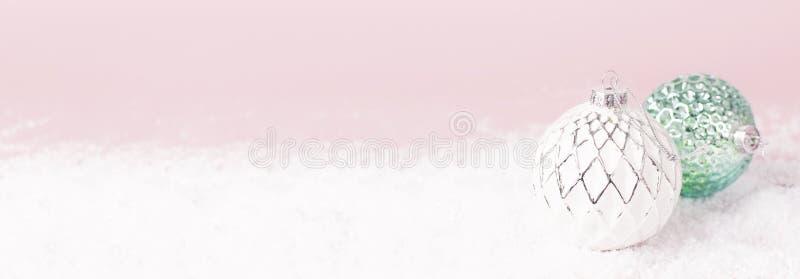 Bälle des Weinlese-Weihnachtsneuen Jahres im Schnee auf flachem gelegtem Kopienraum des rosa Hintergrundes Feiertags-Flitter, sch lizenzfreie stockfotos