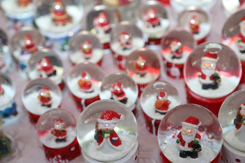 Bälle mit Wasser Innere und Santa Claus als Weihnachtsdekoration lizenzfreie stockbilder