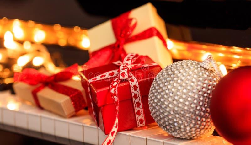 Bälle und Geschenkboxen Chritmas auf Klaviertastatur lizenzfreie stockfotos