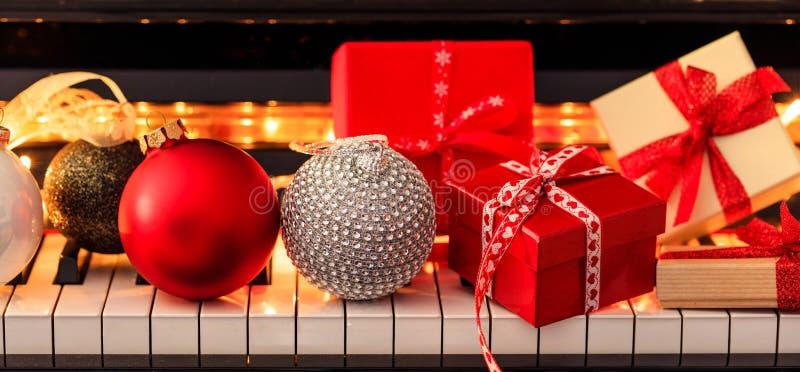 Bälle und Geschenkboxen Chritmas auf Klaviertastatur, Vorderansicht lizenzfreies stockfoto