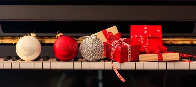 Bälle und Geschenkboxen Chritmas auf Klaviertastatur, Vorderansicht stockbilder