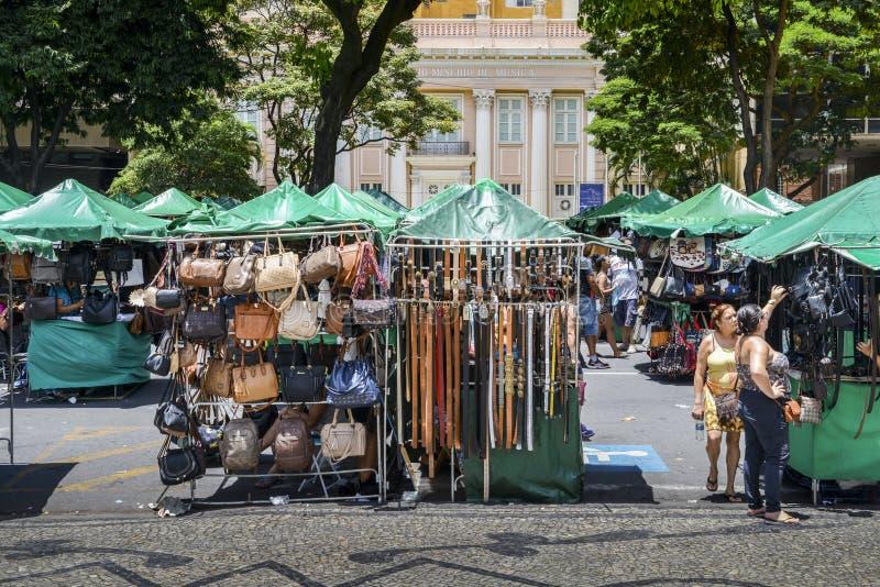 Bälten och handväskor på skärm som är till salu på en gatamarknad i Bel royaltyfria foton