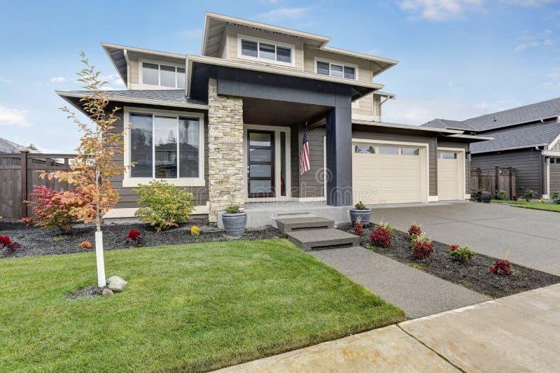 Bändigen Sie Berufung des nagelneuen Hauses in den braunen und beige Farben stockbilder