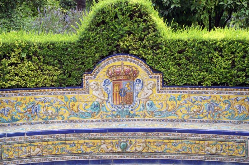 Bänk i den kungliga alcazaren för parkera av Seville royaltyfri fotografi