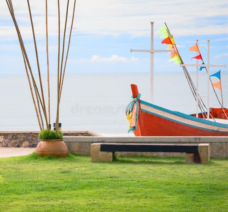 Bänk i trädgård på stranden royaltyfri bild