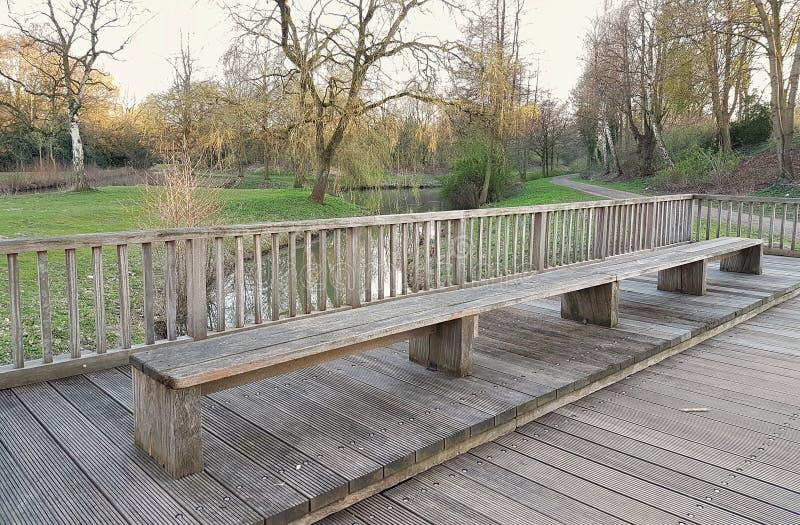 Bänk på bakgrunden av en röjning med en flod arkivbilder