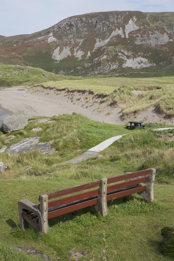 Bänk på den Glencolumbkille stranden; Donegal royaltyfria foton