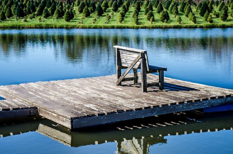 Bänk på en sjö arkivbild