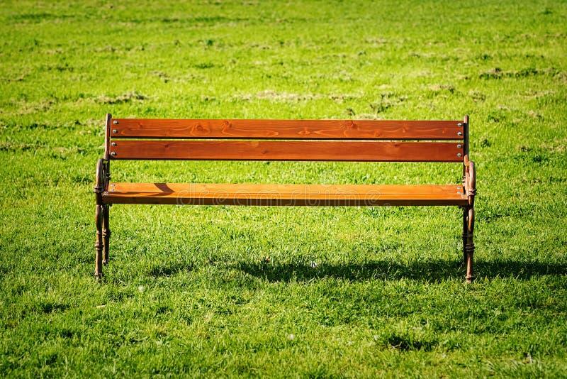 Bänk på gräsmattan royaltyfri fotografi