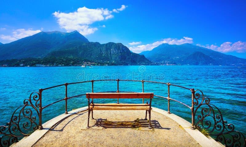 Bänk på lakefront i Como sjölandskap Bellagio Italien royaltyfri bild