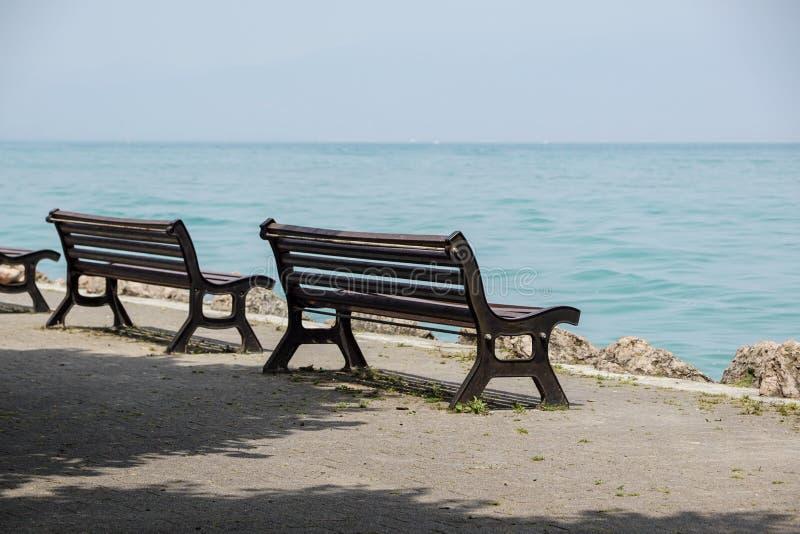 Bänk på lakefront i Como sjölandskap Bellagio Italien Europa royaltyfri bild